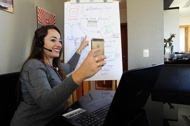 CAXIAS DO SUL, RS, BRASIL, 08/05/2020.  Me reinventei na hora do desespero - A administradora Marina Morillos criou um curso online sobre como se posicionar nas redes durante a epidemia. (Porthus Junior/Agência RBS)<!-- NICAID(14495788) -->