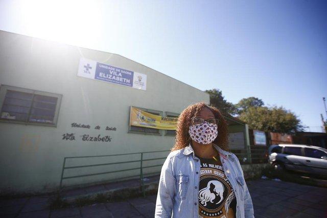 PORTO ALEGRE, RS, BRASIL, 17-05-2020: Os efeitos do coronavírus em pontos da rede primária de atendimento. Na foto,  Roselaine Modesto de Pádua, em frente à UBS Vila Elizabeth, na Zona Norte de Porto Alegre (FOTO FÉLIX ZUCCO/AGÊCIA RBS, Editoria de Geral).