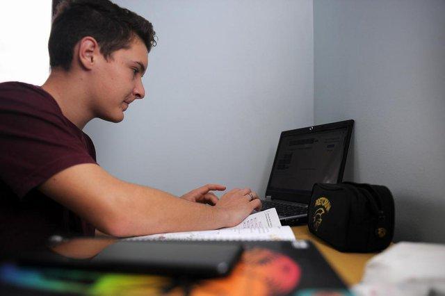 CAXIAS DO SUL, RS, BRASIL, 12/05/2020 - O estudante do 3º ano, Weslen Crocoli, 17 anos, se prepara para o vestibular estudando em casa. (Marcelo Casagrande/Agência RBS)<!-- NICAID(14498251) -->