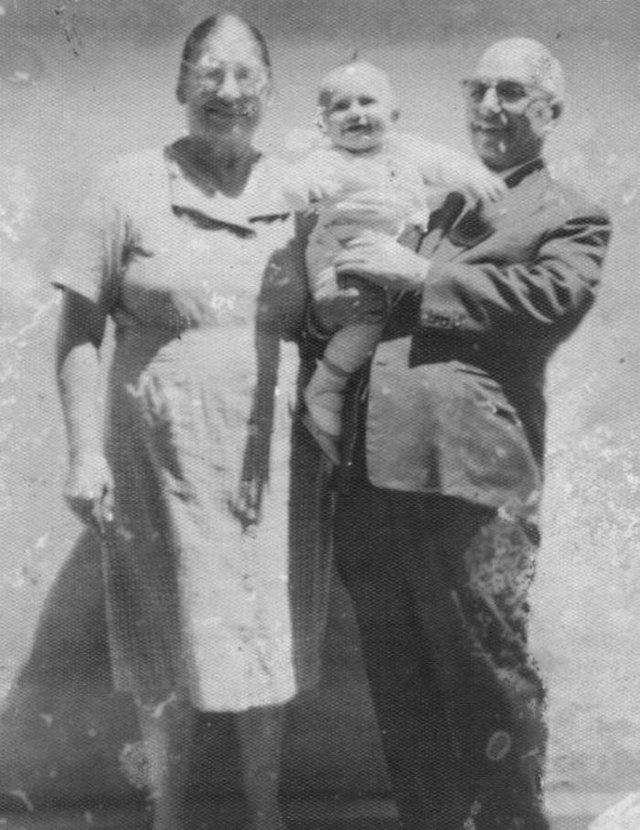José Angelo Aloise e Leonilda Aloise com o neto Pedro Gilberto Aloise, em 1959. José Angelo Aloise foi um dos fundadores do Lar da Velhice São Francisco de Assis, e o neto Pedro Gilberto Aloise ganhou o concurso de robustez infantil de Caxias do Sul em 1959.<!-- NICAID(12491219) -->