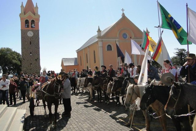 FARROUPILHA, RS, BRASIL - 10/05/2015 - o sábado (09), foi registrado a participação de cerca de 1.700 cavalarianos na 22ª Cavalgada da Fé, considerada a maior cavalgada religiosa registrada no Brasil. Na ocasião, foi realizada uma Missa Crioula. <!-- NICAID(11397213) -->