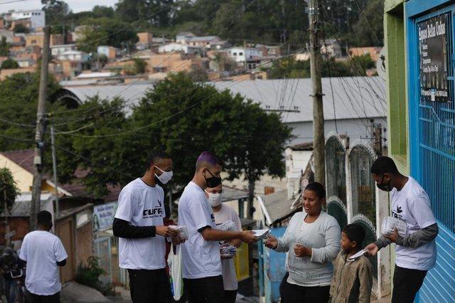 PORTO ALEGRE, RS, BRASIL, 26-05-2020: Representantes da Cufa entregam kits de máscaras a moradores do bairro Bom Jesus pela parceria formada por Grupo RBS, Lojas Lebes e Lojas Renner. (Foto: Mateus Bruxel / Agência RBS)Indexador: Mateus Bruxel<!-- NICAID(14508144) -->