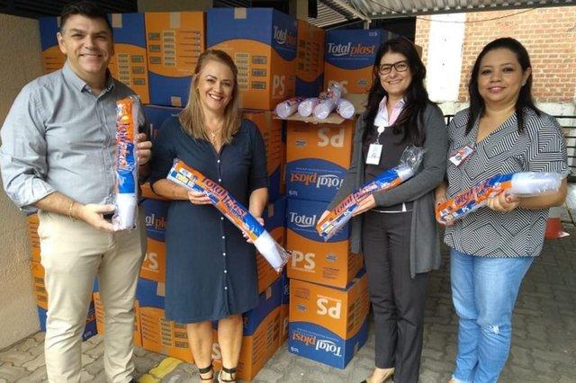 Doações feitas para hospitais da região reverteram em proteção e estrutura. Na foto, doação de copos descartáveis recebida pelo Hospital Geral de Caxias<!-- NICAID(14506327) -->