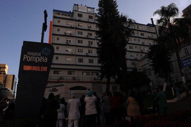 CAXIAS DO SUL, RS, BRASIL, 27/05/2020 - Para marca r o Dia do Desafio, proposto pelo Sesc - Serviço Social do Comércio, em meio a pandemia de coronavírus, bombeiros desceram de rapel a fachada do hospital Pompéia. (Marcelo Casagrande/Agência RBS)<!-- NICAID(14509194) -->