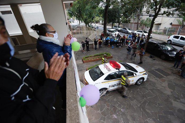 A filha Ângela (de azul) ajudou a organizar a festa-surpresa para Marina Silva de Lemos