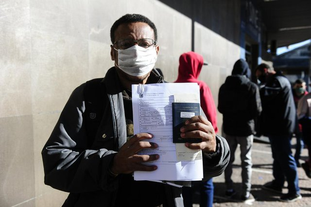 PORTO ALEGRE, RS, BRASIL, 29/05/2020- Desempregados pela crise, buscam novas oportunidades na fila do SINE. Na foto- Carlos Algusto dos Santos. Foto: Ronaldo Bernardi / Agencia RBS<!-- NICAID(14510520) -->