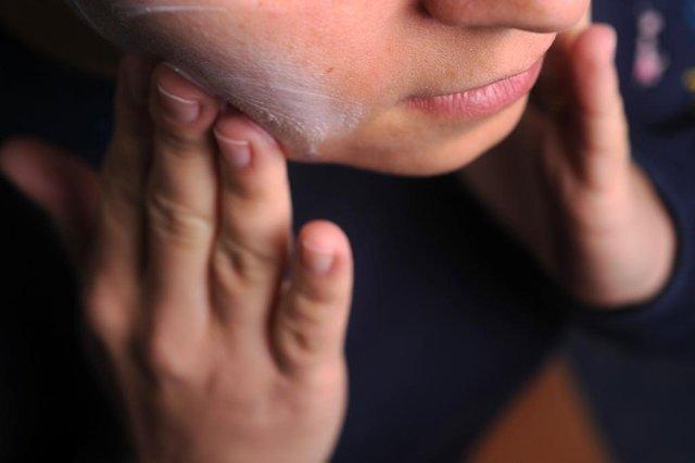 CAXIAS DO SUL, RS, BRASIL, 22/06/2017. Produção sobre cuidados com a pele no inverno, para o Almanaque. O uso de cremes para hidratar rosto e mãos é um dos cuidados necessários. (Diogo Sallaberry/Agência RBS)