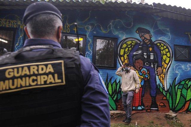 CAXIAS DO SUL, RS, BRASIL, 04/06/2020 - O artista Fabio Panone colabora na pintura de um painel na nova sede da Guarda Municipal. O grafite do artista poderá ser visto numa casinha situada no segundo estacionamento da prefeitura, restaurada pelos servidores, responsáveis pelo setor de Ronda Ostensiva Municipal - ROMU. (Marcelo Casagrande/Agência RBS)<!-- NICAID(14515177) -->