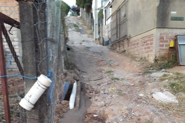 Os moradores da Alameda Dois, na Estrada João Passuelo, no bairro Vila Nova, em Porto Alegre, sofrem com a falta de pavimentação na rua onde moram. O comerciante Jair Morari, 42 anos, conta que há três anos os moradores pedem que o asfalto seja colocado, porém, ainda não foram atendidos.<!-- NICAID(14518836) -->