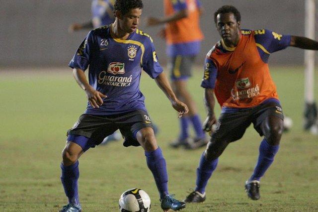 Treino da Seleção Brasileira de Futebol - Destaque para o meio campo Carlos Eduardo(e)<!-- NICAID(2629163) -->