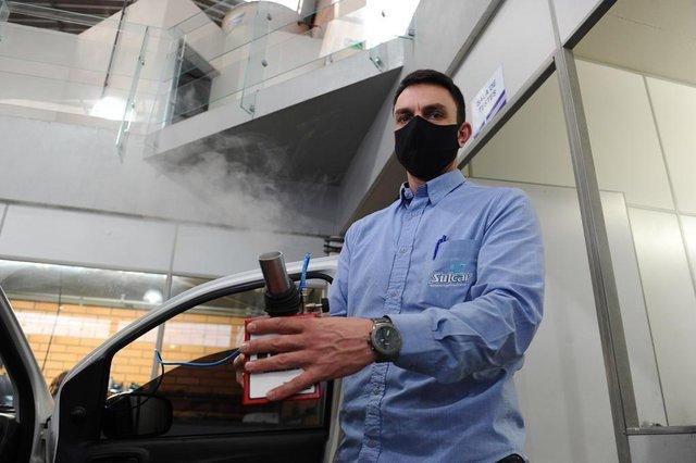 CAXIAS DO SUL, RS, BRASIL (10/06/2020)Sul Car, empresa de baterias e serviços automotivos. A empresa aproveitou a crise para comprar uma máquina higienizadora de ar condicionado, uma antiga demanda. Na foto, Everton, gerente da Sulcar. (Antonio Valiente/Agência RBS)<!-- NICAID(14519458) -->
