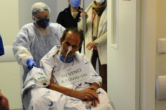 CAXIAS DO SUL, RS, BRASIL, 15/06/2020. Paciente que recebeu plasma em tratamento experimental saindo da UTI do Hospital Virvi Ramos. Tarcísio Giongo deverá saiu da unidade intensiva após passar por coma induzido e respirar com ajuda de aparelhos. Na saídal, além do familiares de Tarcísio, também aguarava o  doador do plasma que foi compatível, o pesquisador Fábio Klamt. (Porthus Junior/Agência RBS)Indexador:                                 <!-- NICAID(14522768) -->