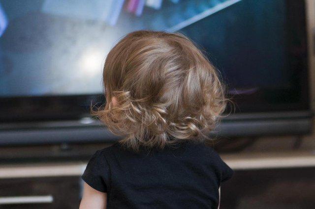 little girl watching televisionTV, televisão, criança, bebê, meninacriança assistindo TV