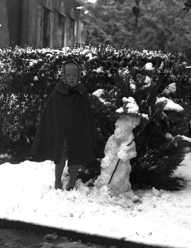 Bertillo Neumann, filho de Hugo Neumann, e o boneco de neve em 1942.<!-- NICAID(14529011) -->