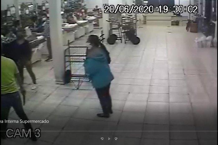 Em outra câmera, o cliente aparece com a faca na mão