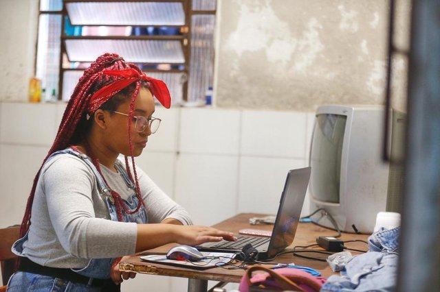 PORTO ALEGRE, RS, BRASIL, 29/06/2020- Angela Senedi da Silva, Estudante que copiava trabalhos do celular ganha notebook de empresário, após reportagem Foto: Lauro Alves / Agencia RBS<!-- NICAID(14533287) -->