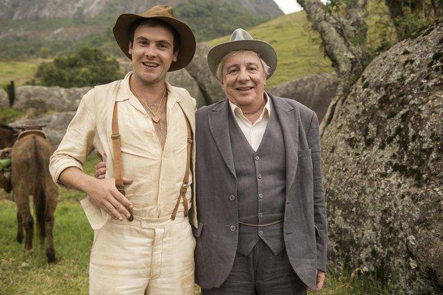 êta mundo bom, Candinho ( Sergio Guizé ) e Pancrácio ( Marco Nanini )