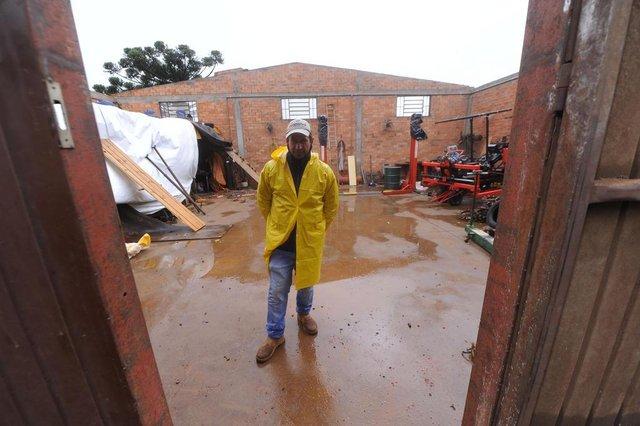 MUITOS CAPÕES, RS, BRASIL, 30/06/2020 - Ventos de 90 Km por hora causa destruição em Vacaria e Muitos Capões. Queda de árvores, destelhamento de casas, e árvores que caíram em residências. NA FOTO: Eletromecânica JG, Ademir Sebben, 45 anos, proprietário. (Marcelo Casagrande/Agência RBS)<!-- NICAID(14535486) -->