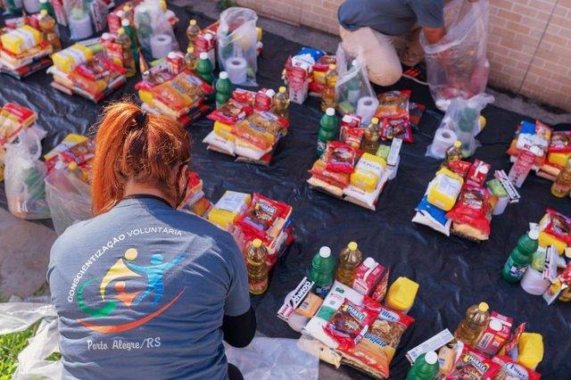 Há quatro anos, a ONG Conscientização Voluntária atende a Região Metropolitana de Porto Alegre, entregando alimentos e produtos de higiene para pessoas carentes. Contudo, Shana Ferreira, 31 anos, coordenadora do projeto social, conta que os pedidos de ajuda aumentaram durante a quarentena:_ Vemos muitas notícias falando em números de desempregados e pessoas necessitadas, mas a gente só tem a verdadeira dimensão desses dados quando entramos na comunidade para ajudar.De acordo com Shana, tudo o que é doado para as famílias é conseguido por meio de doações. Antes, a solidariedade já era importante para a ONG. Agora, enfrentando um aumento no número de famílias pedindo cestas básicas, qualquer tipo de contribuição é bem-vinda.