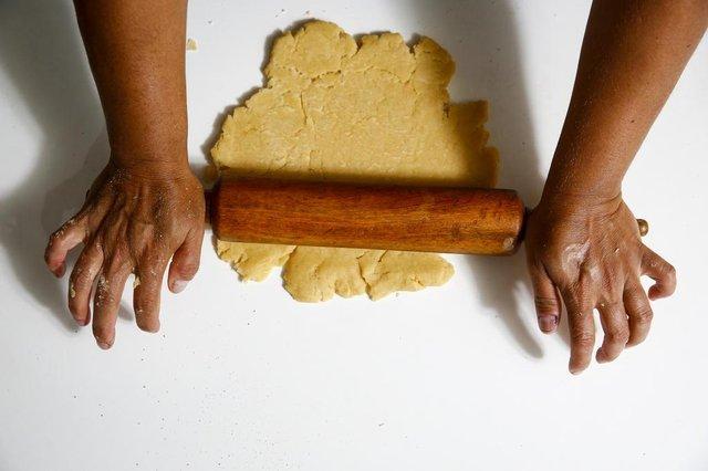 ESTEIO, RS, BRASIL, 14-02-2020: A leitora Luciane Soares de Souza prepara uma torta de maçã. (Foto: Mateus Bruxel / Agência RBS)Indexador: Mateus Bruxel