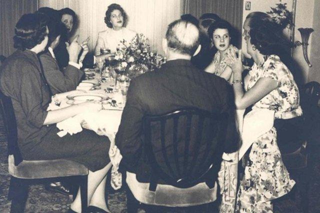 Martha Rocha durante um jantar oferecido na mansão da família Pettinelli, em maio de 1955. <!-- NICAID(14542942) -->