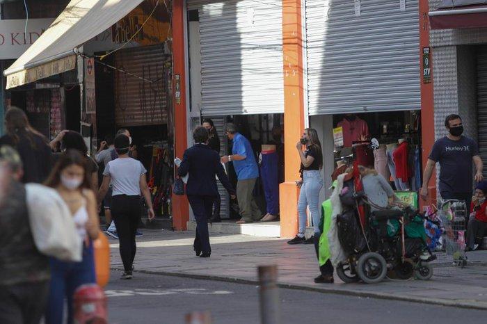 Nas ruas Voluntários da Pátria, Marechal Floriano Peixoto e Andradas foi possível ver os estabelecimentos atuando com as portas semiabertas e com vendedores a observar a movimentação na rua