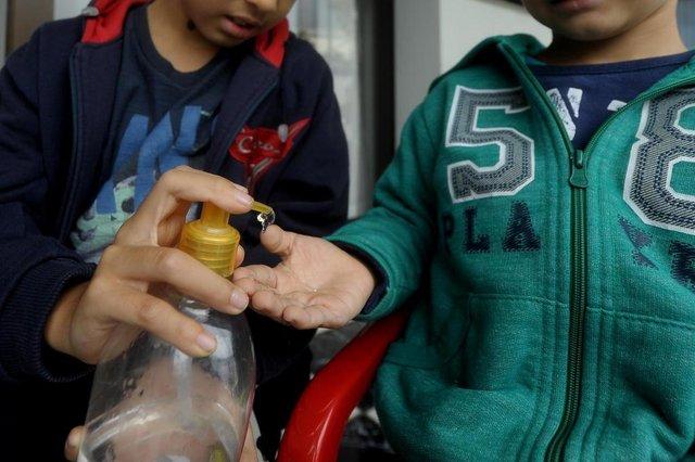 CAXIAS DO SUL, RS, BRASIL, 03/04/2020Cuidados com o alcool gel com as crianças. João Gabriel Marques, 9 anos e Miguel Francisco Marques 5 anos