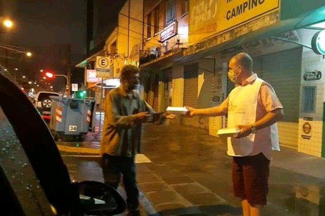 De segunda à quinta-feira, das 14 às 22 horas, o Tio do Lanche, como é conhecido o esteiense Milton Cezar Menezes Vinas, 39 anos, dirige seu carro até a frente de um supermercado, na Avenida 24 de agosto, em Esteio, para vender cachorro-quente. Nas sextas-feiras, o local muda e os consumidores também: Milton reúne todos os ingredientes que sobraram ao longo da semana para doar seus lanches às pessoas em situação de rua no centro da cidade, na Avenida Presidente Vargas.