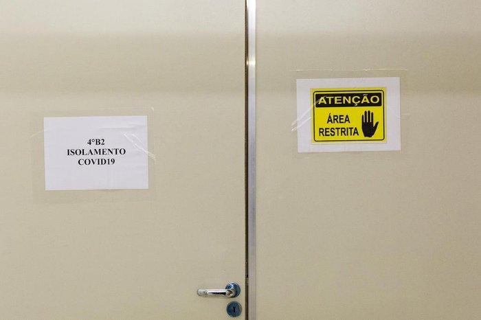 Para entrar nas áreas de isolamento, é necessário usar uma série de EPIs