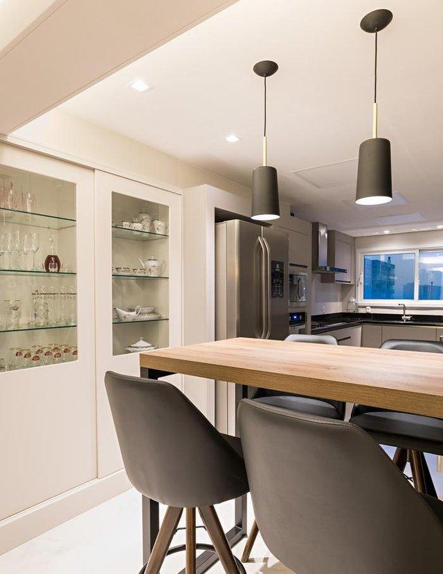 Como a mescla de materiais pode dar um ar contemporâneio para um apartamento projetado para curtir o convívio. Projeto da arquiteta Jaqueline Croccoli.<!-- NICAID(14581090) -->