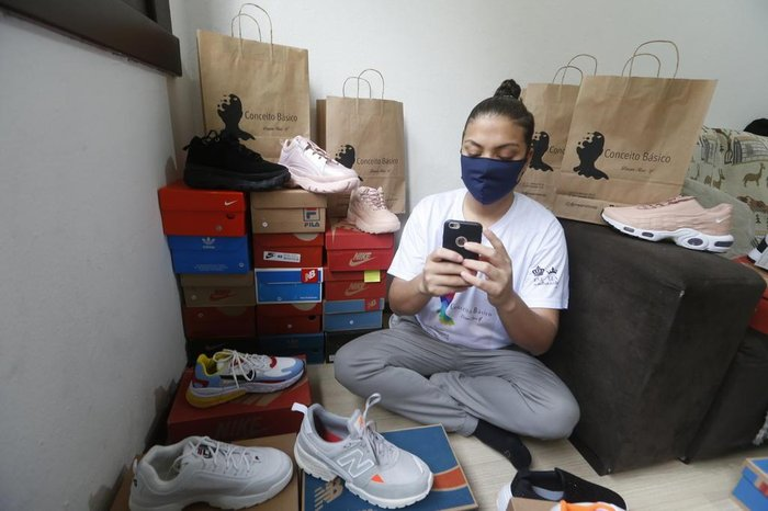 Caixas de sapatosestão espalhadas na sala e nos quartos do apartamento
