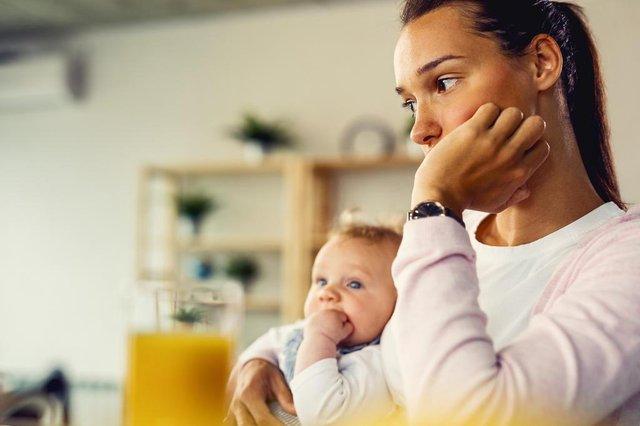 Young mother feeling worried and thinking of something at home.Jovem mãe se sentindo preocupada e pensando em algo em casa.Fonte: 298169687