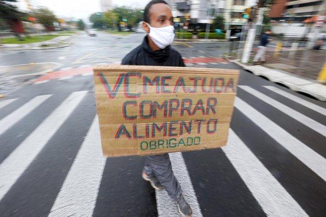 PORTO ALEGRE, RS, BRASIL, 27/07/2020-Jeferson Pereira da Silva, 32 anos, vive desde 2018 nas ruas da Capital, e carrega um cartaz no qual pede comida na sinaleira da Avenida José de Alencar. Foto: Lauro Alves / Agencia RBS<!-- NICAID(14554120) -->