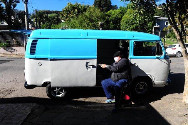 BENTO GONÇALVES, RS, BRASIL, 21/09/2020. Aposentado Hélio Zuleger Gerhardt, 44 anos. Ele foi caminhoneiro por cerca de 15 anos e precisou se aposentar no final de 2018 por invalidez. Parado em casa, começou a assistir vídeos no YouTube e aprendeu sozinho sobre chapeação. Decidiu comprar uma Kombi e a reformou, pouco a pouco, com o desejo de transformá-la em motor home e rodar o RS e o Brasil.(Porthus Junior/Agência RBS)<!-- NICAID(14597383) -->
