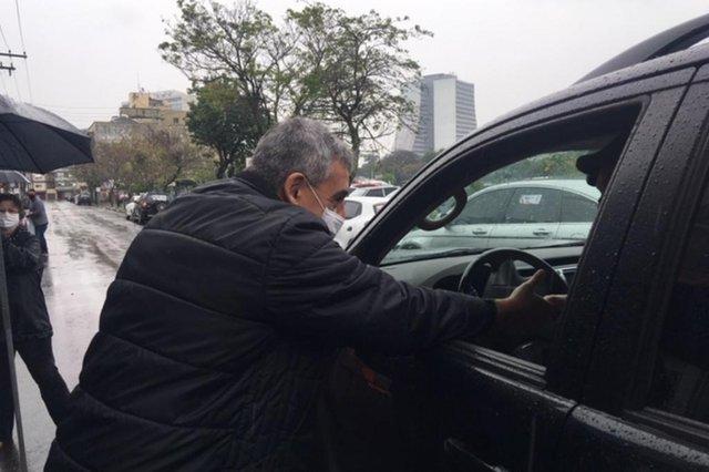 O tempo fechado, com períodos de chuva, atrapalhou a agenda de candidatos à prefeitura de Porto Alegre na manhã deste domingo (27), primeiro dia de campanha eleitoral. Adesivações do Sebastião Melo (MDB)<!-- NICAID(14602324) -->