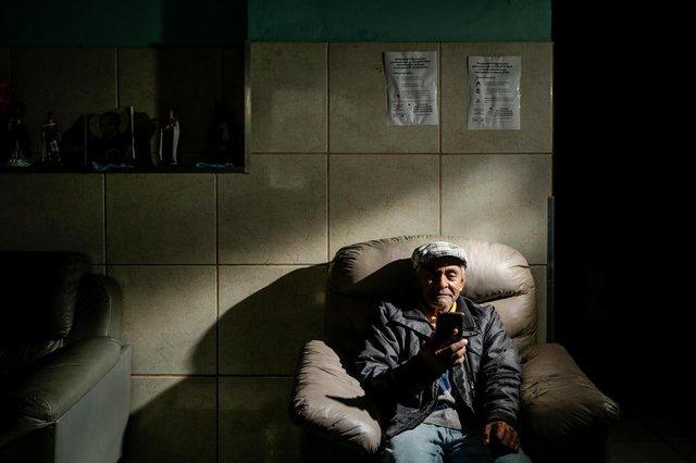 PORTO ALEGRE, RS, BRASIL - 16/09/2020Projeto Ouvir, da Parceiros Voluntários, que que tem como objetivo mobilizar voluntários a ouvir, por telefone, idosos em distanciamento social. Na foto, um dos idoso do Lar Amparo Santa Cruz que participa do programa, seo Auri dos Santos Quadros