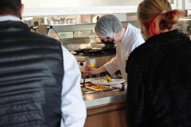CAXIAS DO SUL, RS, BRASIL (29/09/2020)Sem autoatendimentos, restaurantes perdem clientes e amargam prejuízos em Caxias As filas que se formam próximos ao bufês não são sinal de movimento aumentando nos restaurantes de Caxias do Sul. Se antes podiam ser um bom sinal, agora são apenas reflexo das mudanças que a pandemia impôs ao setor gastronômico. (Antonio Valiente/Agência RBS)<!-- NICAID(14604176) -->