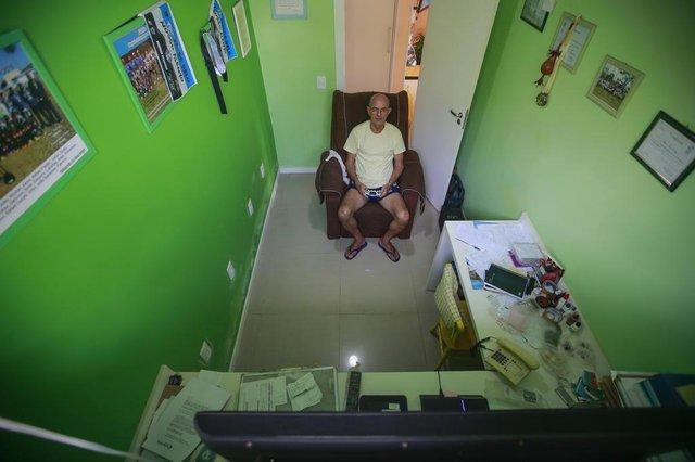 VIAMÃO, RS, BRASIL - 2020.09.25 - O vendedor Marcos Fraga Corrêa, 70 anos, morador de Viamão, recorre a uma ferramenta não muito comum para idade dele na hora de se divertir. Os jogos de videogame. Participa até de campeonato online de futebol durante a pandemia. (Foto: ANDRÉ ÁVILA/ Agência RBS)Indexador: Andre Avila