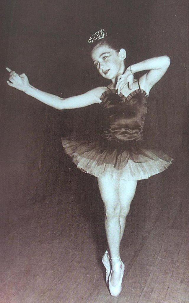 Aos oito anos: Sandra Trintinaglia em atuação no ¿Festival Anual¿ da Escola Municipal de Belas Artes, em 1953  <!-- NICAID(14609243) -->