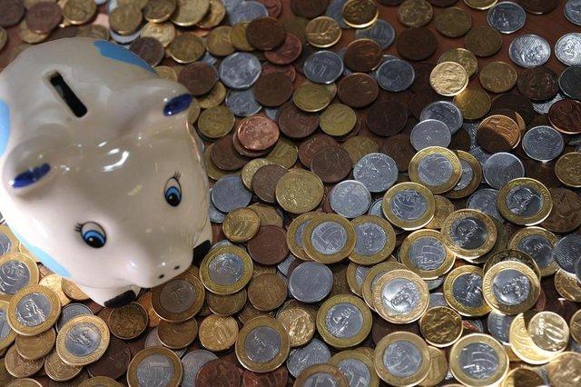CAXIAS DO SUL, RS, BRASIL - 28/12/2011 -  Como passar 2012 sem dívidas. Produção de fotos com cofre em forma de porquinho, para economia. Moedas de Real, um, cinquenta e dez centavos.  (Porthus Junior/Pioneiro)
