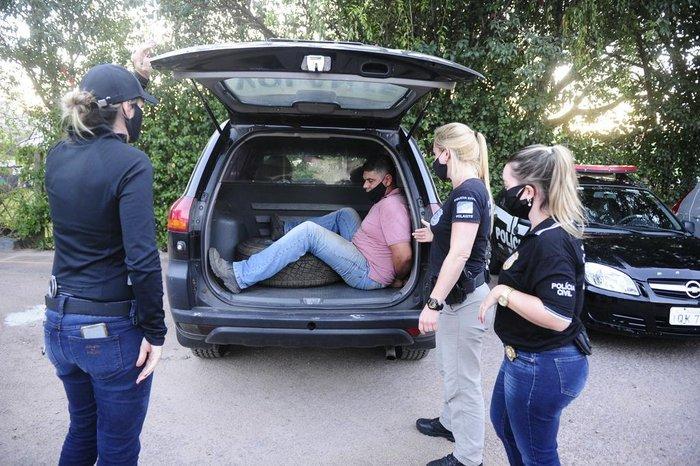 Suspeito sendo encaminhado por policiais após prisão