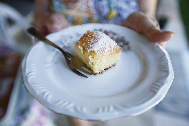 PORTO ALEGRE, RS, BRASIL, 19-10-2020: Dona Guida Kronbauer Medina, 88 anos, mostra o preparo de uma receita que encanta a família: o bolo de Fanta. Quando filhos, netos e bisnetos se reúnem, a casa enche. São 47 pessoas. Ela e o esposo Alvício Machado Medina, 97 anos, são leitores do DG e colecionadores dos kits (FOTO FÉLIX ZUCCO/AGÊNCIA RBS, Diário Gaúcho).<!-- NICAID(14620310) -->