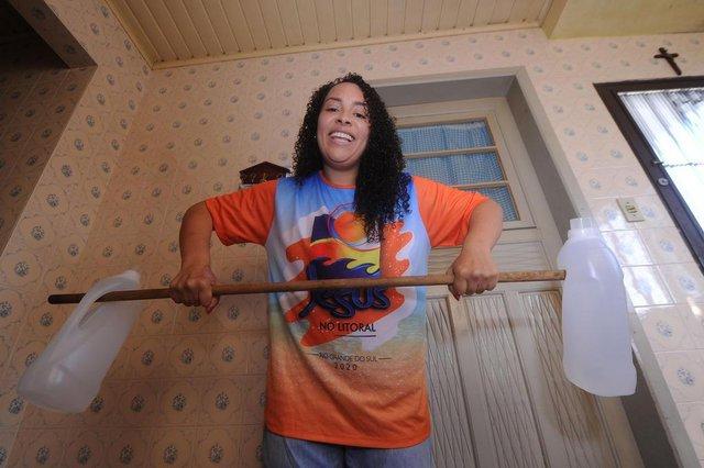 CAXIAS DO SUL, RS, BRASIL, 20/10/2020 - Jaqueline Silva aproveitou o período de pandemia do coronavírus para cuidar de si. Por conta própria, pesquisou e começou a fazer exercícios em casa, e emagreceu 30 quilos. (Marcelo Casagrande/Agência RBS)<!-- NICAID(14621549) -->