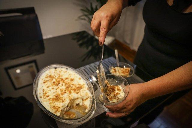 PORTO ALEGRE, RS, BRASIL - 26.10.2020 - Viviane Oliveira ensina o preparo de uma sobremesa, a Cascata de Nozes. O prato, que é servido como um sorvete, ficou com a quarta colocação no Concurso Culinária neste ano. (Foto: Isadora Neumann/Agencia RBS)Indexador: ISADORA NEUMANN<!-- NICAID(14626739) -->