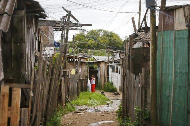 PORTO ALEGRE, RS, BRASIL, 29-10-2020: Moradores das vilas Areia e Tio Zeca, que aguardam serem retiradas para novas casas, para a sequência da obra da nova ponte do Guaíba (FOTO FÉLIX ZUCCO/AGÊNCIA RBS, Editoria de Geral).