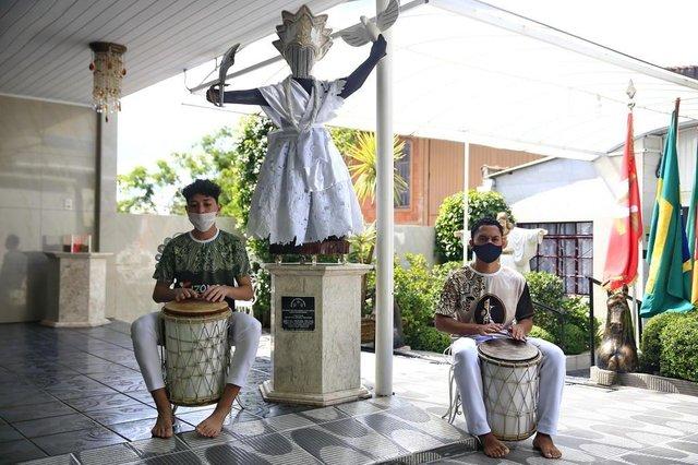 PORTO ALEGRE, RS, BRASIL - 2020.11.19 - A casa de religião mais antiga do Estado, tem o grupo instrumental no projeto Kizomba. Na foto: Vithor de Oxalá e Igor de Oxalá (Foto: ANDRÉ ÁVILA/ Agência RBS)