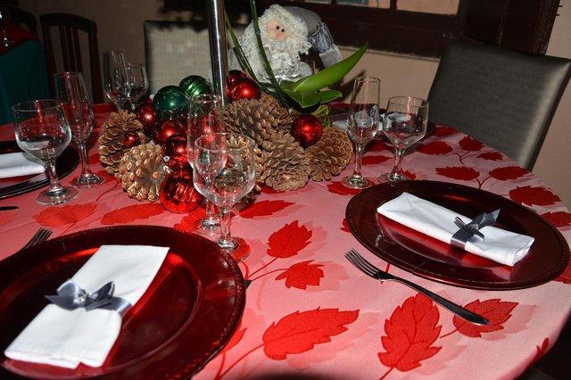 SANTA MARIA, RS, BRASIL, 11/12/2014.A decoradora Denise Rocha ensina a decorar mesas para o Natal. Um com orçamento de 100 reais e outra acima de 100 reais.FOTO: GABRIEL HAESBAERT/ESPECIAL<!-- NICAID(11053102) -->