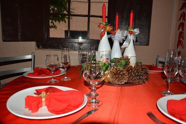 SANTA MARIA, RS, BRASIL, 11/12/2014.A decoradora Denise Rocha ensina a decorar mesas para o Natal. Um com orçamento de 100 reais e outra acima de 100 reais.FOTO: GABRIEL HAESBAERT/ESPECIAL<!-- NICAID(11053060) -->