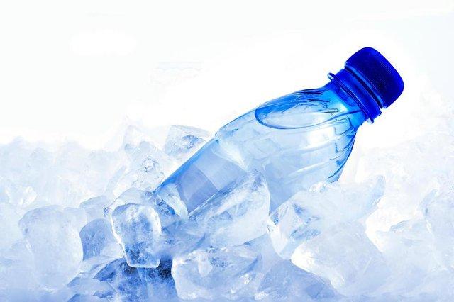 PORTO ALEGRE, RS, BRASIL, 11/12/2019- Garrafa de água gelada, gelo, frio. (Foto:Svetlana Romanenkova  / stock.adobe.com)Fonte: 8704710<!-- NICAID(14355288) -->