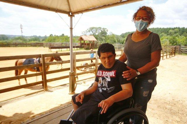 VIAMÃO, RS, BRASIL, 22-12-2020: como os locais que oferecem Equoterapia foram afetados pela pandemia e o que mudou ao longo do ano nos atendimentos. Matheus, filho da Silvia, faz equoterapia desde 2009 (FOTO FÉLIX ZUCCO/AGÊNCIA RBS, Editoria de SuaVida).<!-- NICAID(14674524) -->